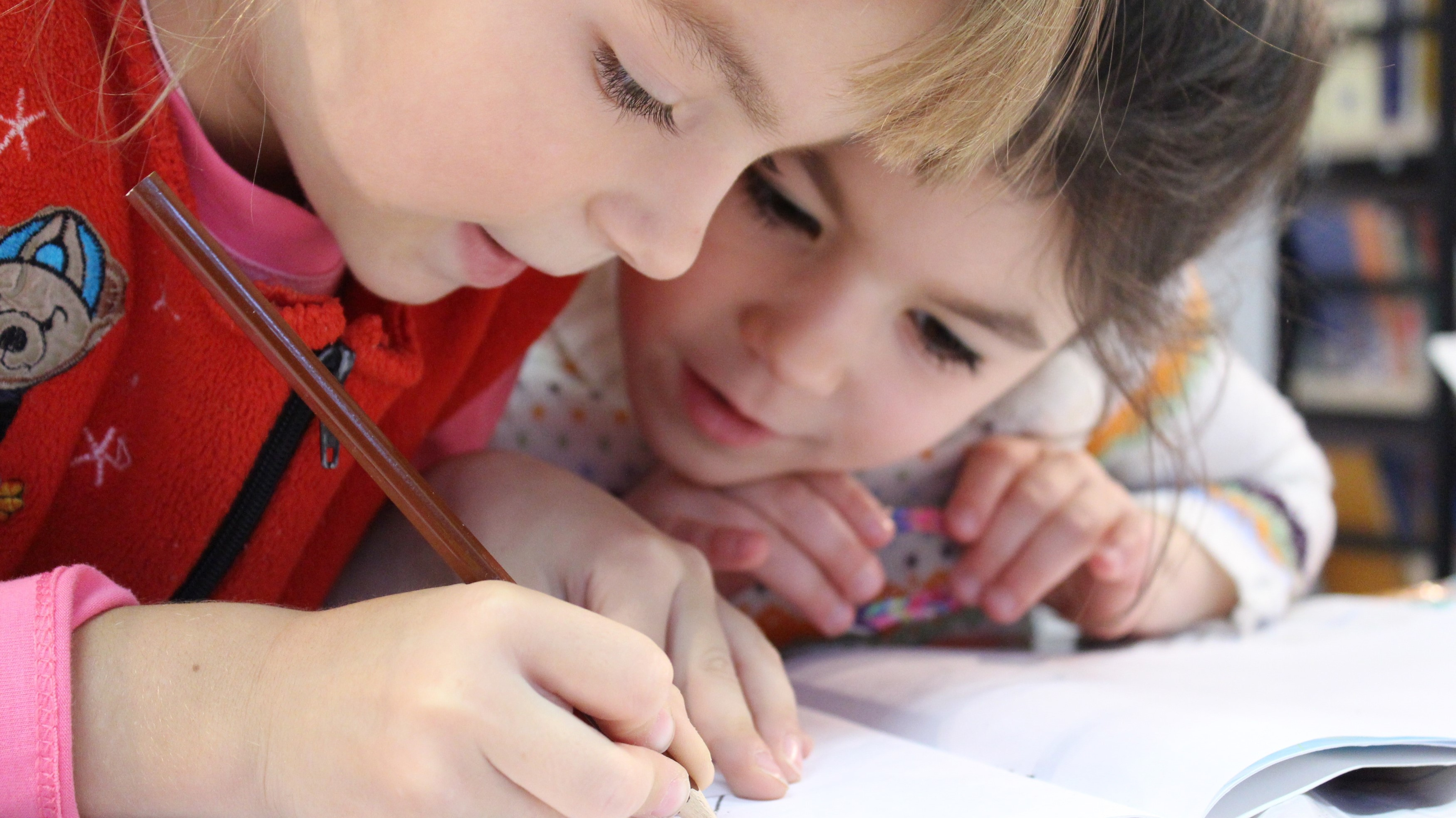 <html>  <head></head>  <body>   <p>La rentrée scolaire approche et votre enfant appréhende de retourner en cours ? Il est toujours difficile de dire au revoir aux vacances, mais sachez qu'il est aussi possible de préparer en douceur vos enfants à la reprise des cours, dont les cours d'anglais.</p>   </body> </html>