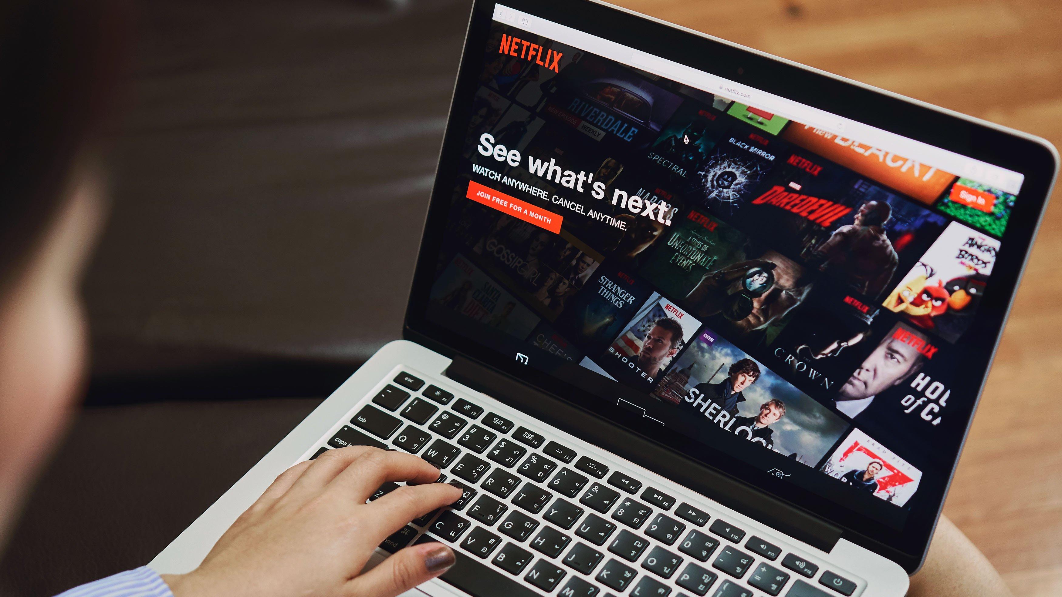 <html>  <head></head>  <body>   <p>Devenir bilingue en regardant Netflix, c'est maintenant possible ! Ou du moins, c'est plus simple grâce à une toute nouvelle extension Chrome. Grâce à Learning Languages with Netflix, vous pouvez utiliser les séries et les films Netflix comme matériel pédagogique. Comment fonctionne l'extension Learning Languages with Netflix ? Comment apprendre une langue étrangère sur Netflix ? On vous dit tout.</p>   </body> </html>